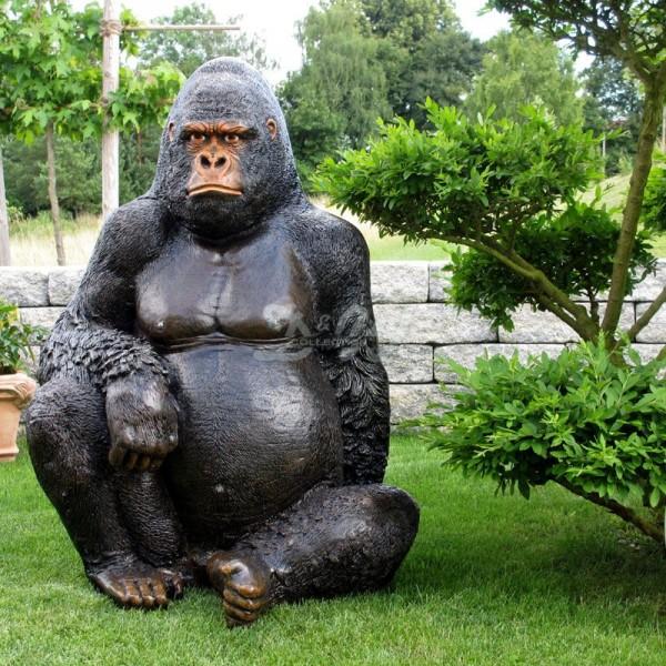 Gorilla Affe Bruce sitzend schwarz-braun (lebensgroß)