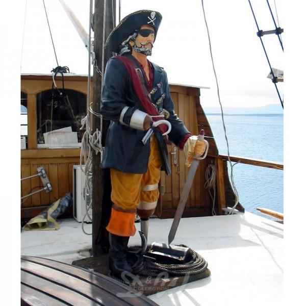 Pirat stehend mit Hakenhand, Säbel, Schatztruhe und Enterhaken (lebensgroß)