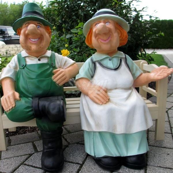 Bauer Heinz und Bäuerin Jutta sitzend auf Holzbank