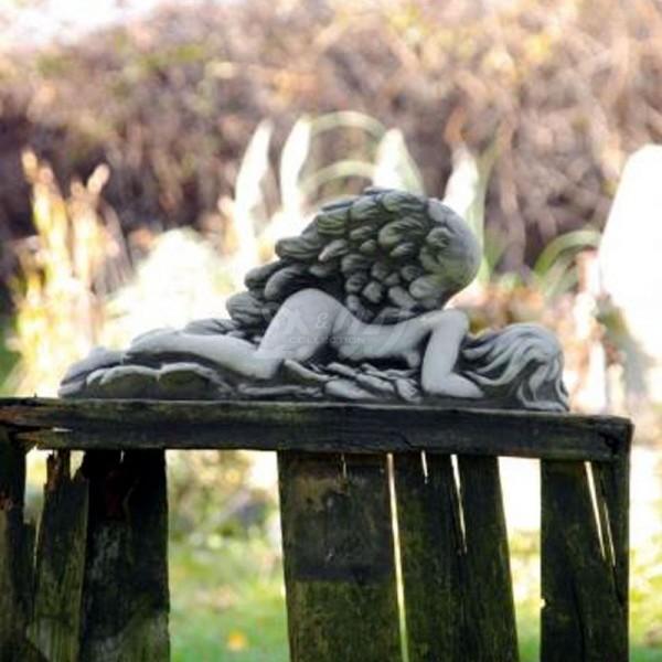 Engelfrau MARI liegend