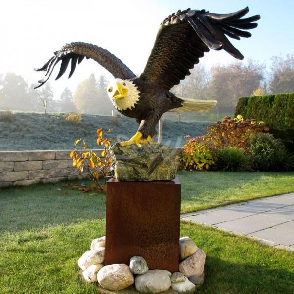 Adler auf Fels (lebensgroß)