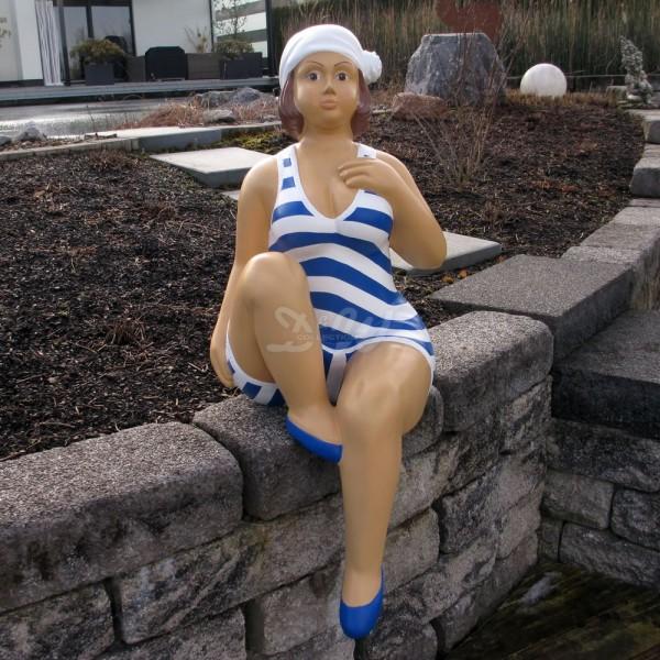 """Badende Schwimmerin """"Anni"""" sitzend Badeanzug in gestreift / weiß-blaue Streifen Marine"""