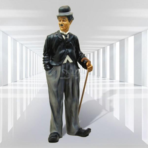 Charlie Chaplin stehend (groß)