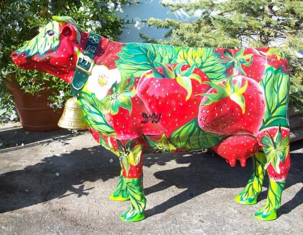 """Kuh mit Glocke und Kunstbemalung """"Erdbeeren"""""""