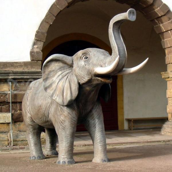 Elefant stehend mit Stoßzähnen Rüssel oben (lebensgroß)