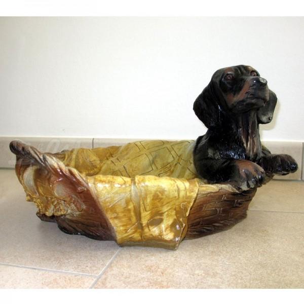 Dackel Hund im Körbchen liegend (lebensgroß)