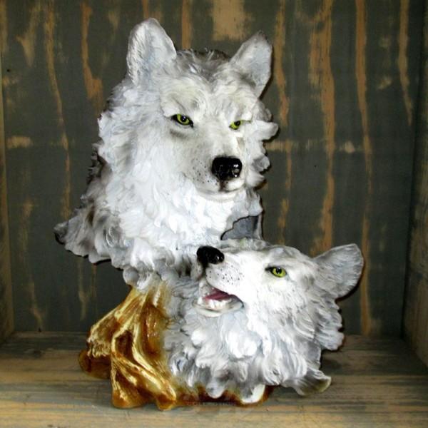 Wolfs-Köpfe am Baumstamm (lebensgroß)