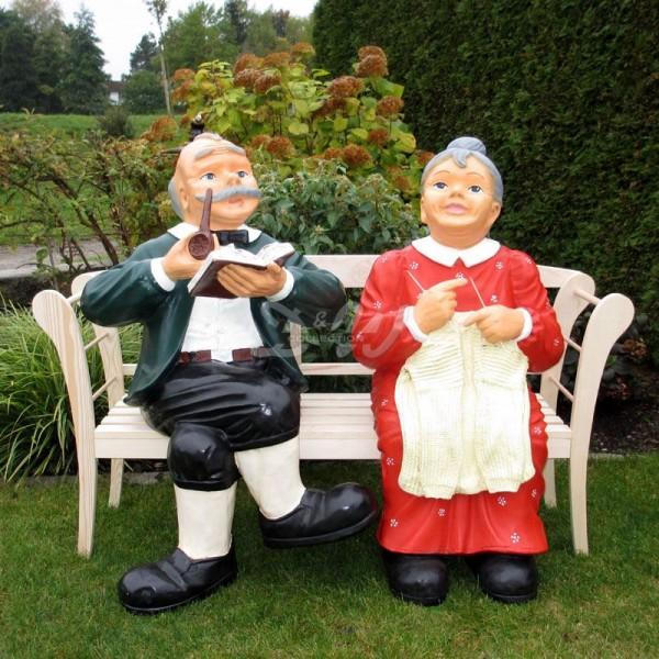 Oma und Opa auf Holzbank natur (lebensgroß)