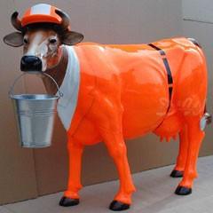 """Kuh mit Kunstbemalung """"Stadtreinigung mit Eimer"""" (Lebensgroß)"""