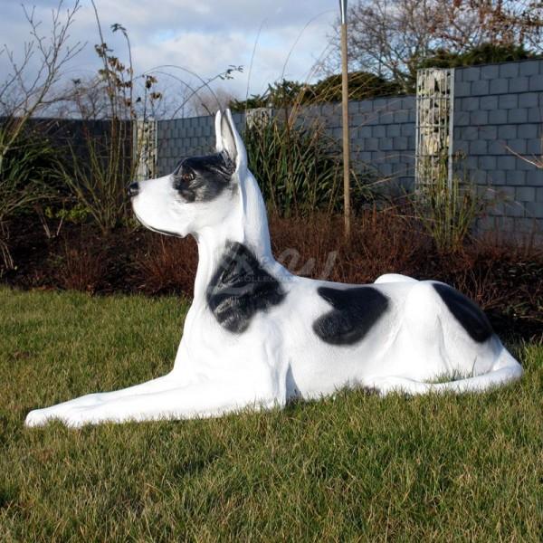 Deutsche Dogge Hund liegend weiß mit schwarzen Flecken (lebensgroß)
