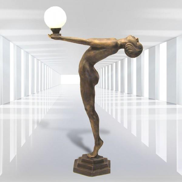 Frau gebeugt stehend mit Lampe auf Sockel (lebensgroß)