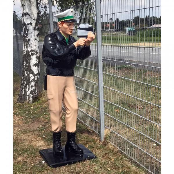 Deko Figur Polizist mit Laserpistole lebensgroß D&W Collection