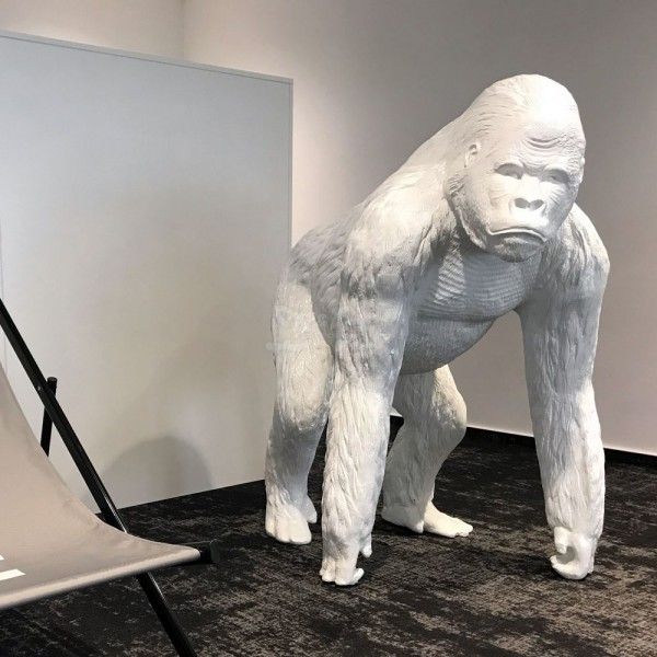 Gorilla Affe stehend weiß Lack (lebensgroß)
