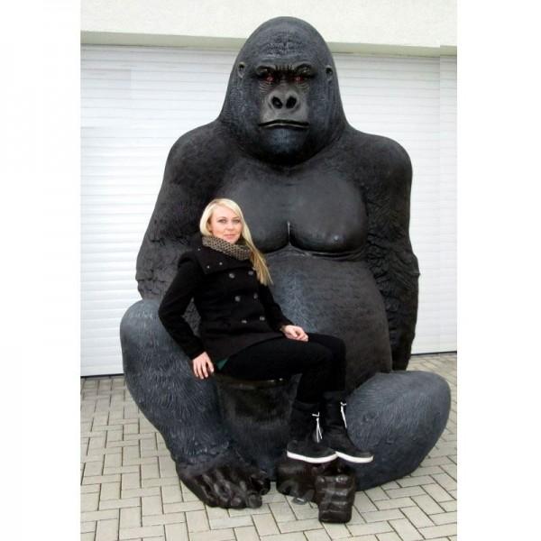Gorilla Affe Bruce sitzend schwarz (überlebensgroß)