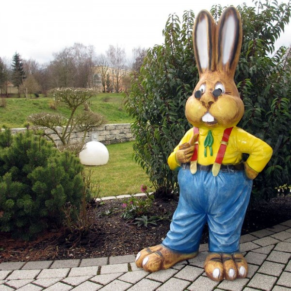 Osterhase mit blauer Hose, Hosenträgern und Sonnenbrille (groß) Hemd gelb Hase