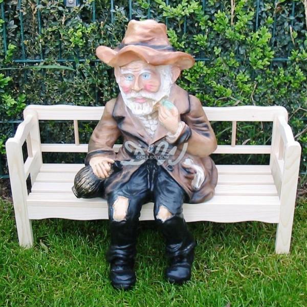 Opa Waldemar sitzend auf Holzbank (klein)