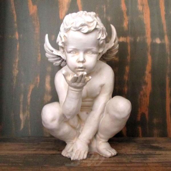 Engel Junge hockend mit Kusshand weiß Patina