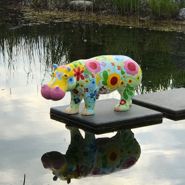 D&W Collection Deko Werbe Figur Nilpferd Hippo mit Kunstbemalung Blumen stehend klein Werbung