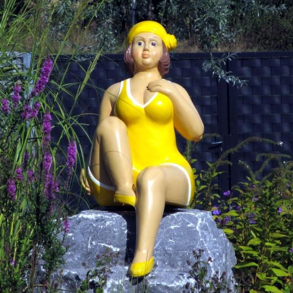 """Badende Schwimmerin """"Anni"""" sitzend Badeanzug in Gelb"""