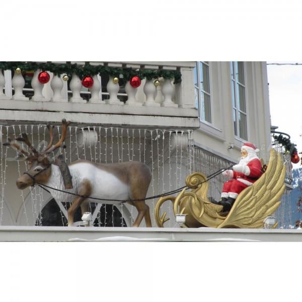Weihnachtsmann im goldenen Schlitten mit Rentier (lebensgroß)