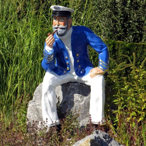 Kapitän Seemann sitzend mit Pfeife (lebensgroß)