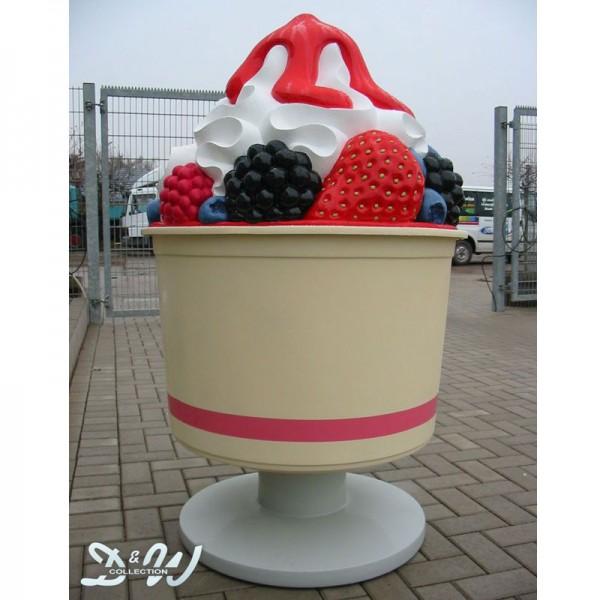 Frozen Yogurt Becher mit Früchten und Soße